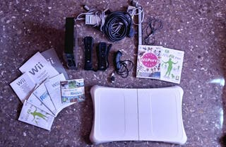Consola Wii + mandos + 2 videojuegos