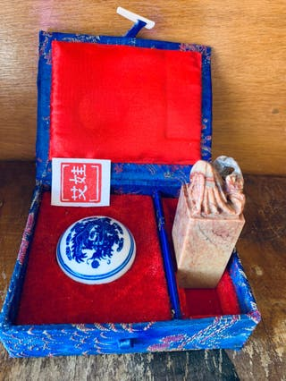 Caja china con sello de Jade tallado y tinta