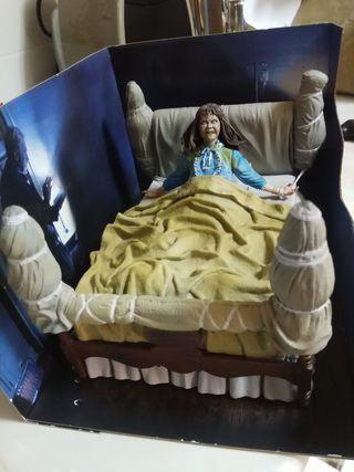 Figura niña del exorcista en cama