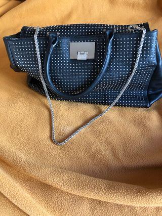 Bolso negro con tachuelas.