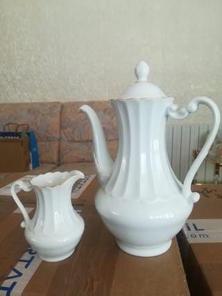 Cafetera y lechera de porcelana