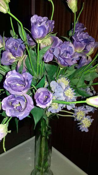 jarrón con flores malvas