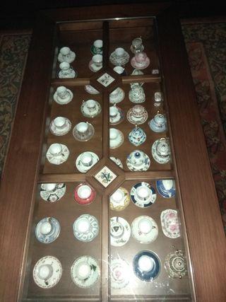 mesa de salon de madera y apliques decorativos