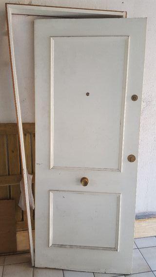Puerta de entrada con doble cerradura