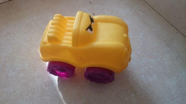 6e38e52df Coche juguete 4x4 amarillo y violeta para bebés de segunda mano por ...