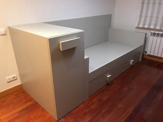 Cama nido /baúl extraible con estantes/puente