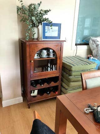 Mueble con botellero de madera macizo.