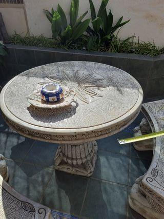 mesa de piedra y bancos