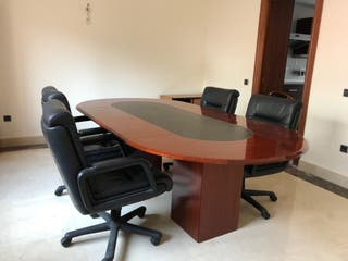 Mesa de juntas y 4 sillones de piel.