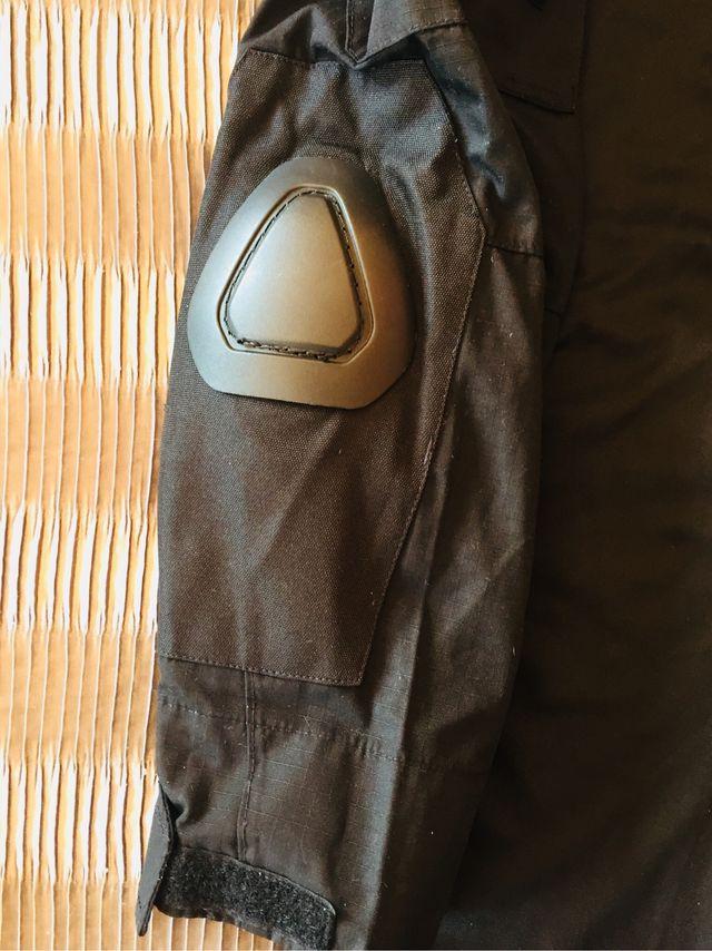 jersey elastico acolchado en codos y protecciones