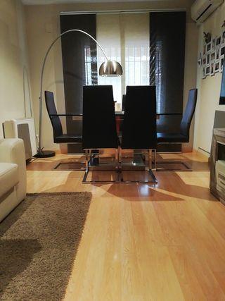 Mesa de cristal y acero , más 6 sillas de piel.