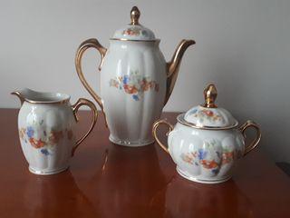 Juego de tres piezas de porcelana
