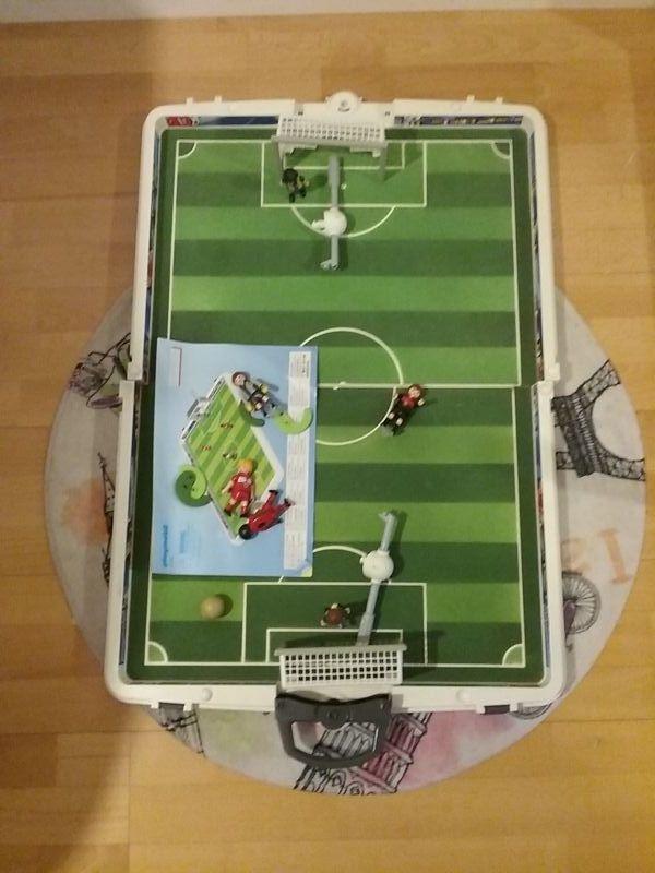 Campo de fútbol de Playmobil.