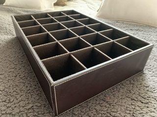 Caja ordenación en piel marrón 24 huecos