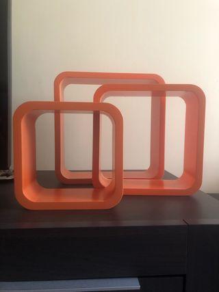 3 estanterías cúbicas color naranja suspendidas