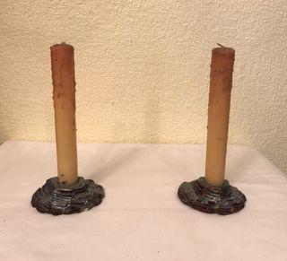 Dos portavelas de cerámica y sus velas