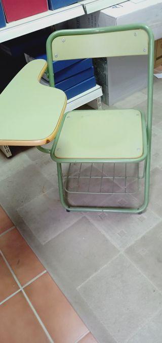 3 sillas de academia con pala para escribir.