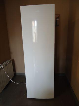 Congelador vertical para hostelería, marca SVAN