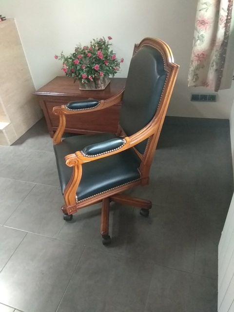 silla de despacho en madera y cuero