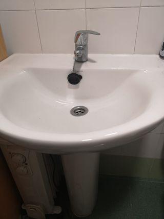 lavabo con pie y grifo