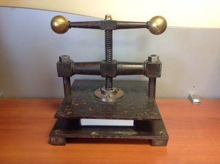 Prensa de encuadernación con más de 100 años