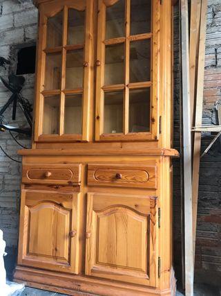 Mueble vitrina, con dos cajones y dos armarios.