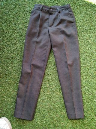 Pantalon gris de uniforme.
