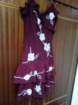 vestido granate con flores blancas