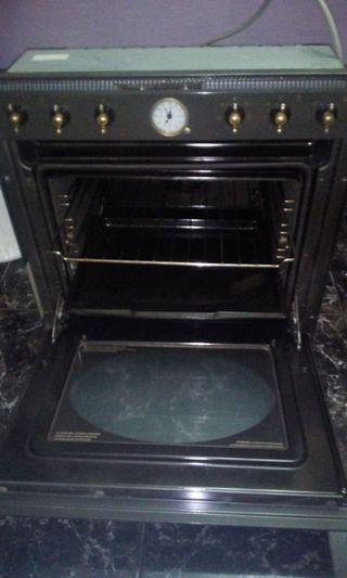 horno del cocina antiguo con la llaver dorada