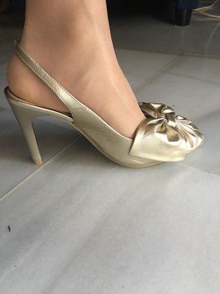 Zapatos dorados hechos en España