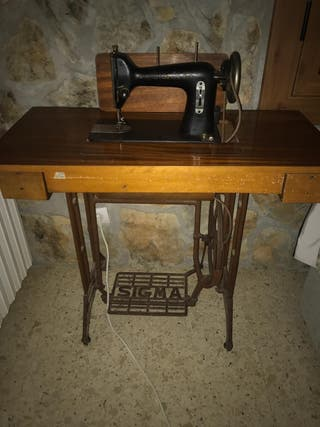 Máquina de coser antigua y mesa