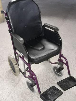 Silla de ruedas con orinal.