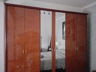 armario de 6 puertas cómoda y dos mesitas