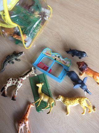 Juguetes animales de zoo con la mochila