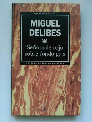 Señora de rojo sobre fondo gris. Miguel Delibes.