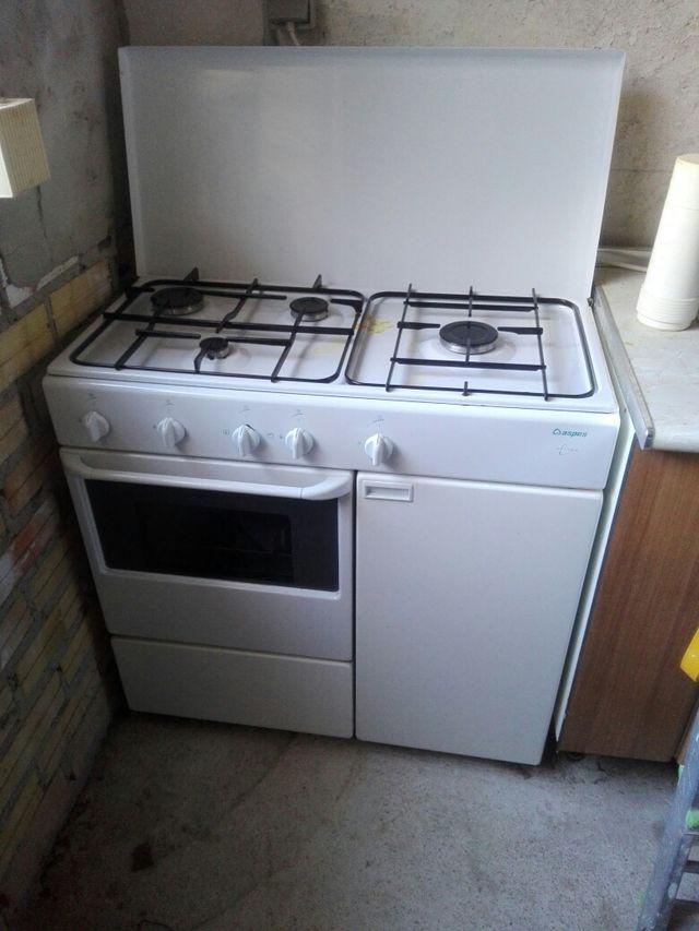 hornilla de gas con cuatro fuegos y horno de segunda mano