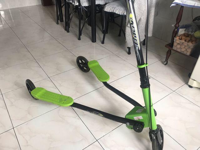 Patinete 3 ruedas color verde .