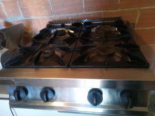 cocina de cuatro fugones de gas