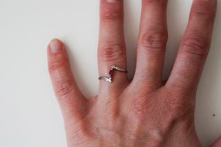 Anillo de oro blanco con rubí