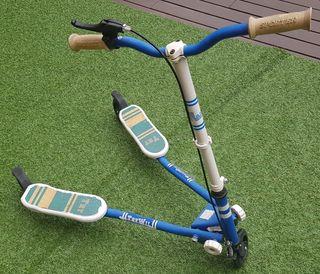 Patinete 3 ruedas azul y blanco, freno en manillar