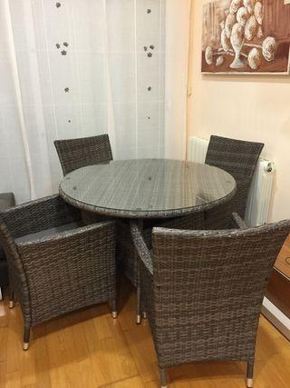 Mesa y 4 sillas de jardín.