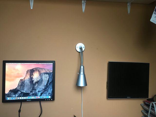 """Monitor de colgar en la pared 17"""" marca Dell"""
