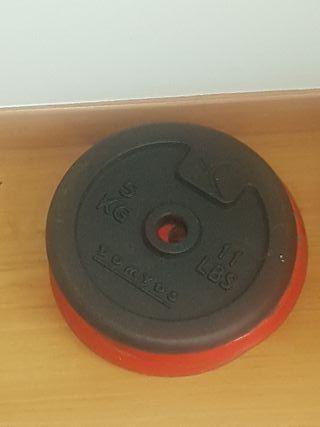 barra y discos de pesas