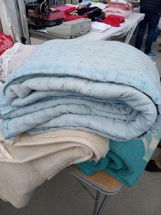 colcha azul cama matrimonio