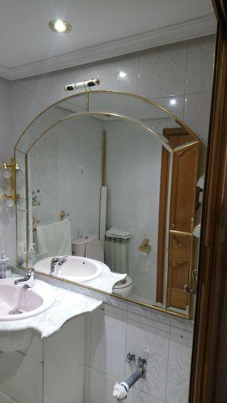 Espejo con bordes dorados. 1,26 ancho x 1,16 aprox