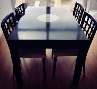 Mesa y cuatro sillas de wengué