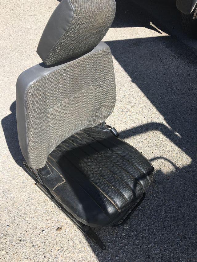 Land Rover Defender asientos delanteros.