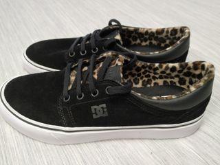 Zapatillas de piel con leopardo DC de segunda mano por 55