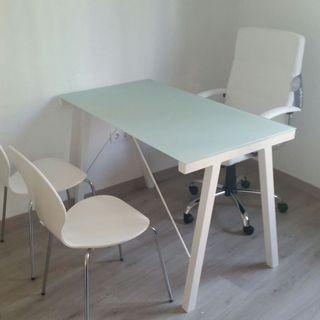 Escritorio + 1 silla + 2 sillas de visita
