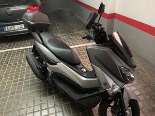 Moto Yamaha NMAX 125 con accesorios, 2 cascos